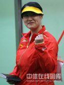 图文:女子25米运动手枪决赛陈颖摘金 握拳庆祝