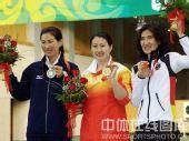 图文:女子25米运动手枪决赛陈颖摘金 领奖台上
