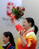 图文:女子25米手枪陈颖夺金 高举花束