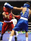 图文:男子48公斤级1/16比赛 邹市明重拳出击