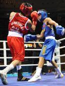 图文:男子48公斤级1/16比赛 邹市明灵巧躲闪