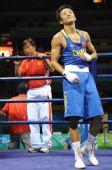 图文:男子48公斤级1/16比赛 邹市明为微笑致谢
