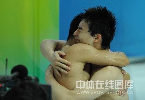 图文:男子双人三米板王峰/秦凯夺冠 热烈拥抱