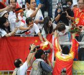 图文:秦凯/王峰男子3米板夺冠 接受祝贺