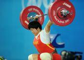 图文:女子69公斤级刘春红夺金 奋力一举
