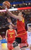 图文:女篮小组赛 中国迎战新西兰 抢球
