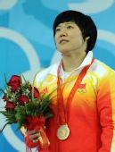 图文:女子69公斤级刘春红夺金 国旗升起