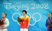 图文:女子69公斤级刘春红夺金 挥手致意
