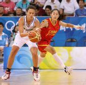 图文:[女篮]中国VS新西兰 隋菲菲比赛中防守