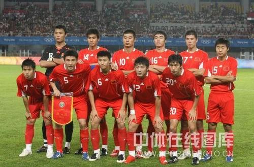图文:男足小组赛中国0比1落后巴西 中国队亮相