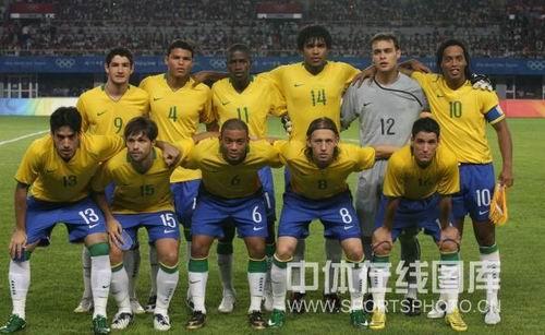 图文:男足小组赛中国0比1落后巴西 巴西队出场