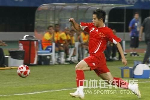 图文:男足小组赛中国0比1落后巴西 带球进攻