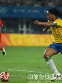 图文:男足小组赛中国对战巴西 小罗抢球