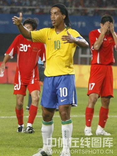 图文:男足小组赛中国对战巴西 小罗比赛中