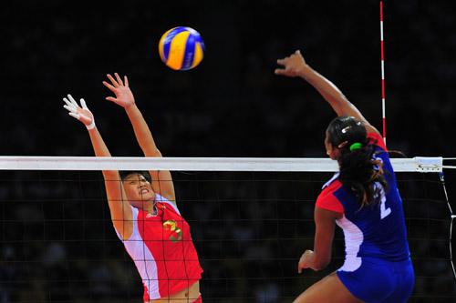 图文:中国女排VS古巴 单人拦防
