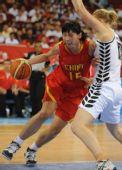 图文:[女篮]中国80-63新西兰 陈楠带球突破