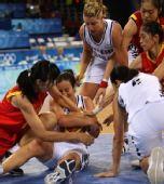 图文:[女篮]中国80-63新西兰 双方球员拼抢