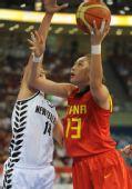 图文:[女篮]中国80-63新西兰 刘丹上篮