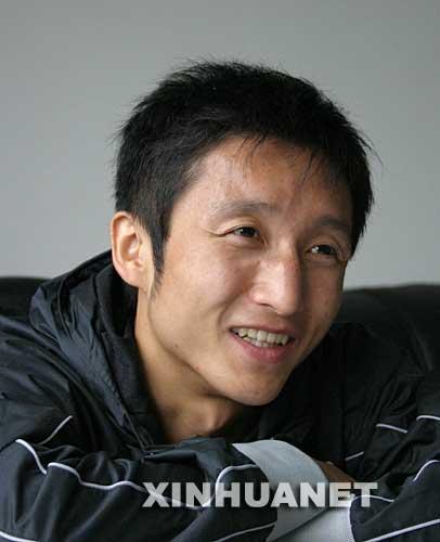 邹市明在接受记者采访(9月3日摄)。 今年26岁的邹市明为沉寂多年的中国拳击创造了三项纪录:2003年获第十二届世界拳击锦标赛亚军,这是当时中国在世界拳坛的最好成绩;2004年获雅典奥运会拳击铜牌,创造了中国在奥运拳击比赛上的最好成绩;2005年获第十三届世界拳击锦标赛冠军,成为中国赢得世界拳击冠军的第一人。 新华社记者 黄勇 摄