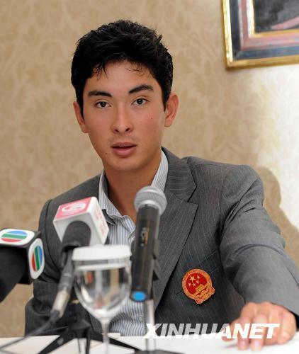 """8月13日,华天在记者会上回答提问。当日,中国马术运动员华天在香港与媒体见面时说,他将备战下届奥运会,坐骑选定为""""木兰""""。新华社记者 黄本强 摄"""