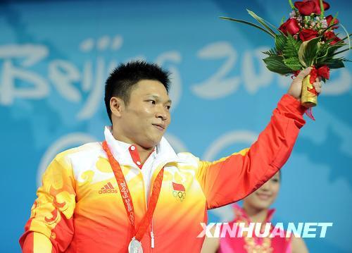 8月13日,中国选手李宏利在领奖台上。当日,李宏利在北京奥运会举重男子77公斤级决赛中以366公斤的总成绩获得银牌。新华社记者杨磊摄