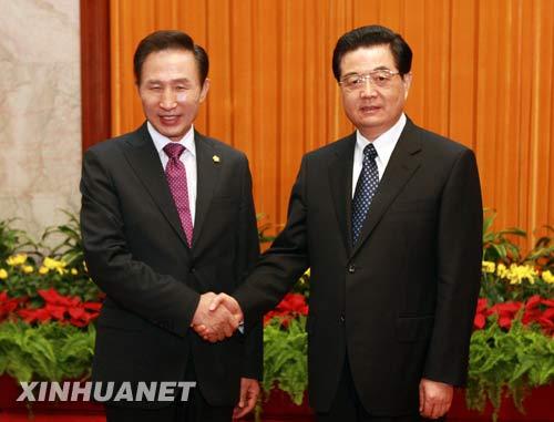 8月9日,中国国家主席胡锦涛在北京人民大会堂会见前来参加北京奥运会开幕式和相关活动的韩国总统李明博。 新华社记者李学仁摄