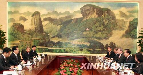8月9日,中国国家主席胡锦涛在北京人民大会堂会见前来参加北京奥运会开幕式和相关活动的韩国总统李明博。 新华社记者庞兴雷摄