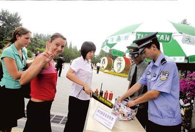 昨天下午3点多,在天坛公园门口,游客积极配合安检。 本报记者欧阳晓菲摄