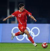 图文:中国不男足敌巴西 董方卓在比赛中射门