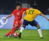 图文:中国不男足敌巴西 姜宁在比赛中拼抢