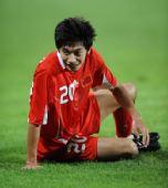 图文:中国国奥不敌巴西 朱挺在比赛中摔倒