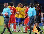 图文:中国国奥不敌巴西 小罗赛后和崔鹏握手