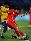 图文:中国国奥不敌巴西 朱挺在比赛中拼抢