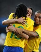 图文:中国国奥不敌巴西 巴西队球员庆祝进球