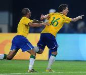 图文:中国国奥不敌巴西 内韦斯与队友庆祝进球
