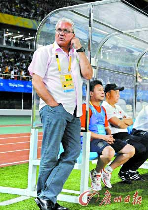 在中国国奥队的最后一场比赛,杜伊无奈地站在场边。 特派记者 梁嘉建 摄 本报秦皇岛数码传真