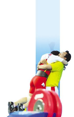 刘春红夺冠后和教练马文辉紧紧相拥