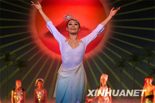 7月28日,在海南省海口市人大会堂,奥运献礼剧目《中国有个海南岛》举行汇报演出。 当晚,海南唯一入选文化部组织的奥运会重大演出活动的大型原创歌舞诗《中国有个海南岛》举行汇报演出。该剧融古典舞、民族舞、现代舞、原生态舞蹈等于一炉,用多个华美的篇章尽情展示海南的历史和文化。据悉,该剧组将于8月10日至12日在北京上演。 新华社记者 邓伽 摄