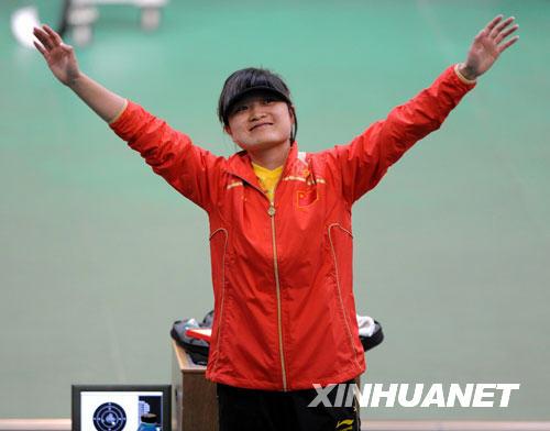 8月10日,中国选手郭文珺在赛后庆祝胜利。当日,在北京奥运会射击女子10米气手枪比赛中,中国选手郭文珺获得金牌。 新华社记者李尕
