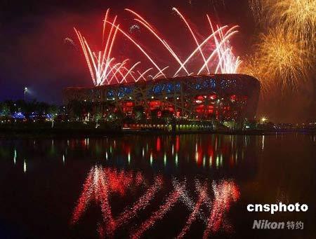 """2008年8月8日晚,北京奥运会开幕式在国家体育场(""""鸟巢"""")隆重开幕,燃放的烟花壮观绚丽,令人叹为观止。 中新社发 孙洪杰 摄"""