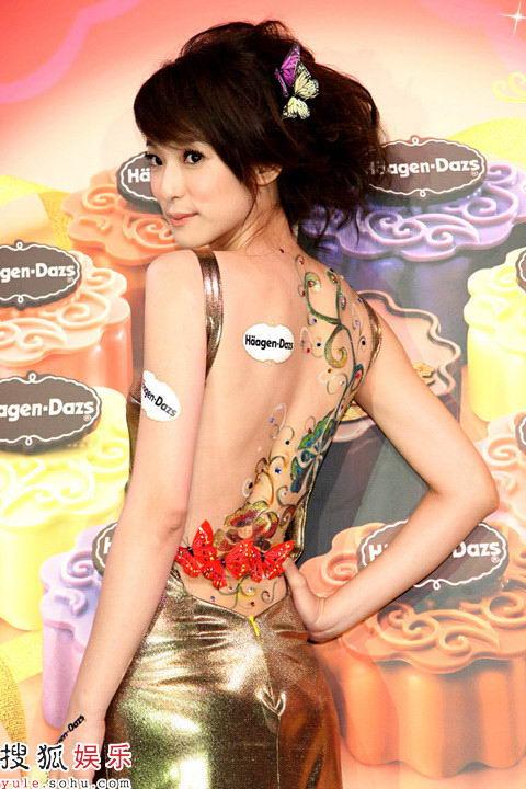 赖雅妍裸露彩绘后背