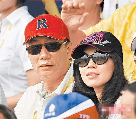郭台铭(左)与曾馨莹以贵宾身分到场为中华台北队打气