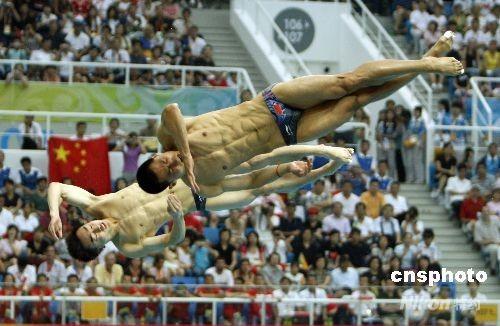 8月13日下午,北京奥运会男子双人三米跳板决赛,中国组合秦凯/王峰技压群雄,夺得冠军,为中国奥运军团摘取第16块金牌。 中新社发 杜洋 摄