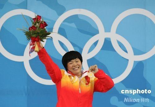 8月13日,雅典奥运会冠军刘春红在北京奥运会女子69公斤级举重决赛中以286公斤的总成绩夺得冠军,并打破挺举、抓举和总成绩三项世界记录。 中新社发 武仲林 摄