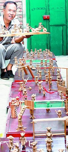 """津门民间艺术家沙英奎历时六年打造""""2008榫艺鼠奥运会""""。"""