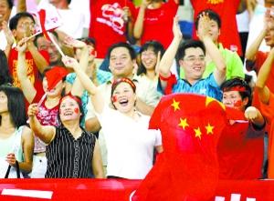 """""""水滴""""体育场观众为足球比赛加油"""