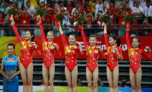 中国队队员邓琳琳、江钰源、何可欣、李珊珊、杨伊琳、程菲(右起)在颁奖仪式上庆祝(新华社记者任珑摄)