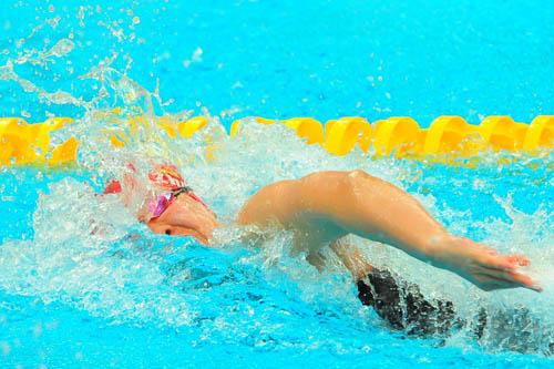 图文:女子100米自由泳 朱颖文破浪前进