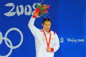 图文:男子200米蛙泳北岛康介夺金高举鲜花致意