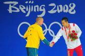 图文:男子200米蛙泳北岛康介夺金 与对手握手